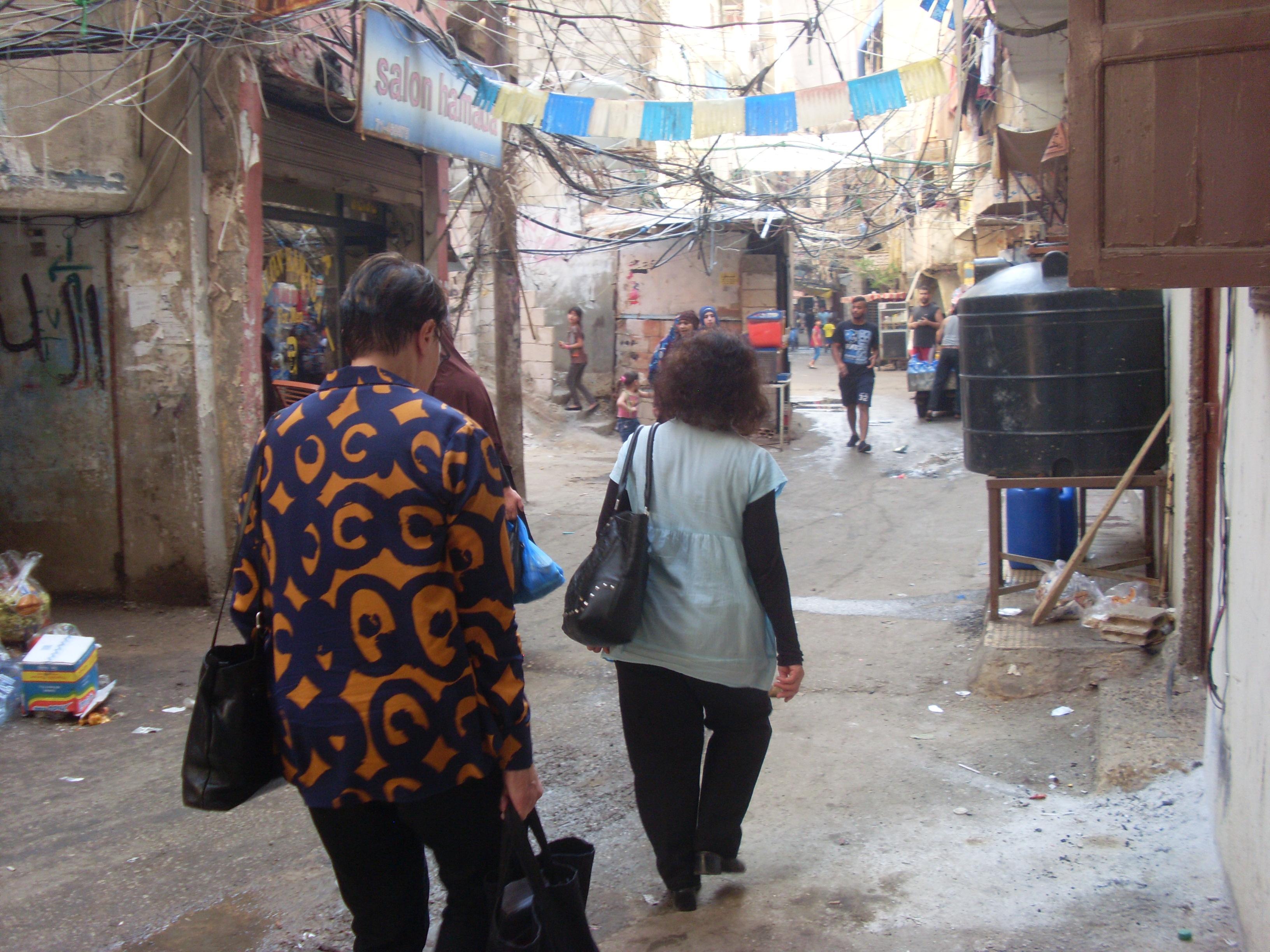 Zuhour kävelee edellä, Shatila 2015